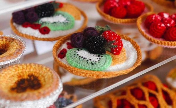 """英国针织艺术家 Kate Jenkins 用毛线编织的""""美味佳肴"""""""